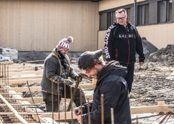 Yrittäjä Aulis Kulmala kävi vaihtamassa kuulumisia laajennusosan anturan raudoituksia tekevien Keikyrakenteen Petri Saarelan ja Manuel Lohmannin kanssa.