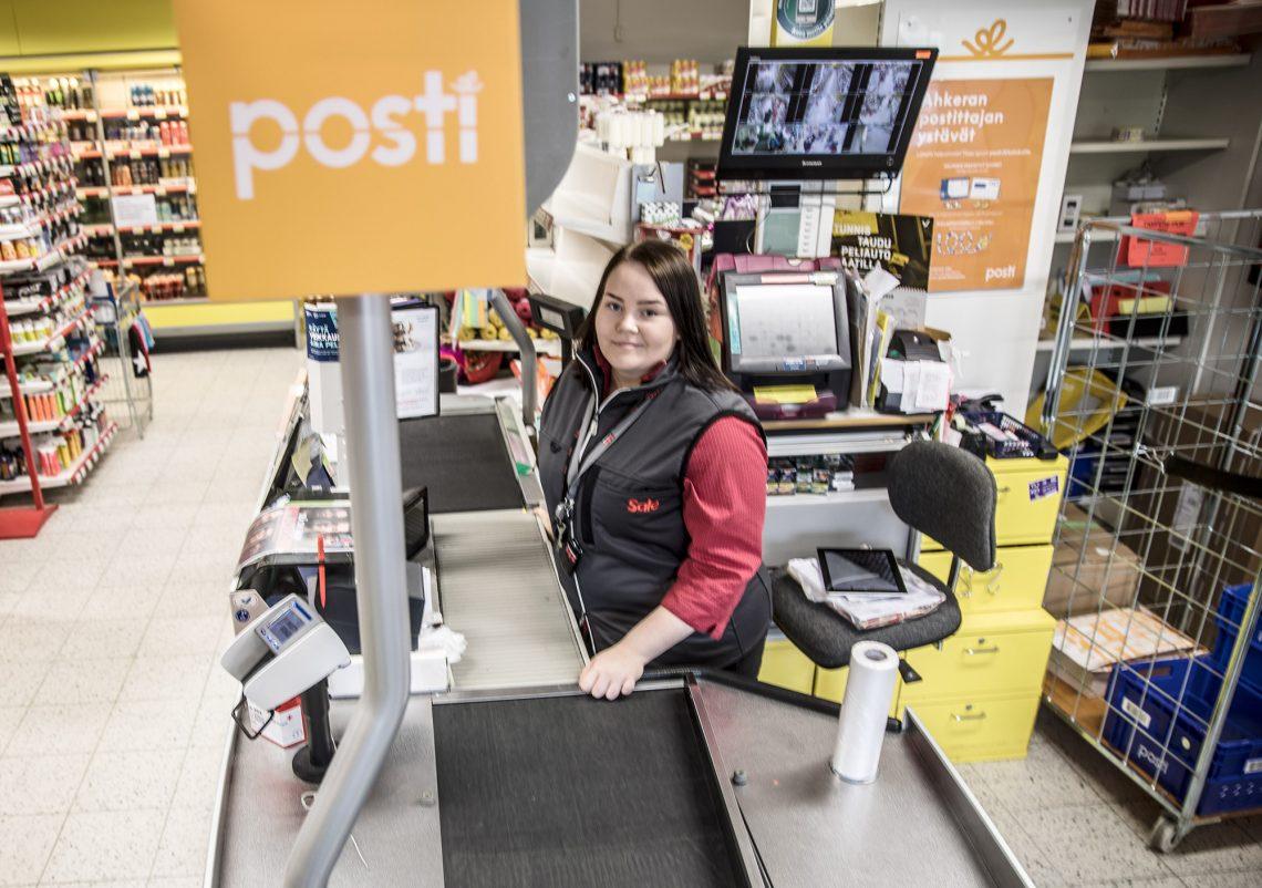 Postin palvelupiste toimii Salen kassan yhteydessä. Kassalla töissä Anne Yli-Perttala.