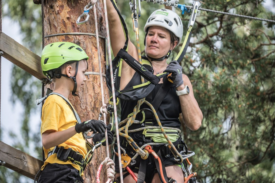 Kahdeksanvuotias Eelis Ranki tarvitsi hiukan apua kiipeilypuiston vaikeimmissa paikoissa.