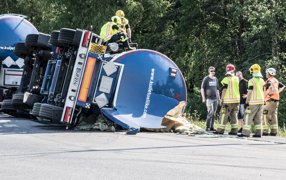 Kuljetusliikkeen väellä ja pelastushenkilökunnalla riitti pohdittavaa.
