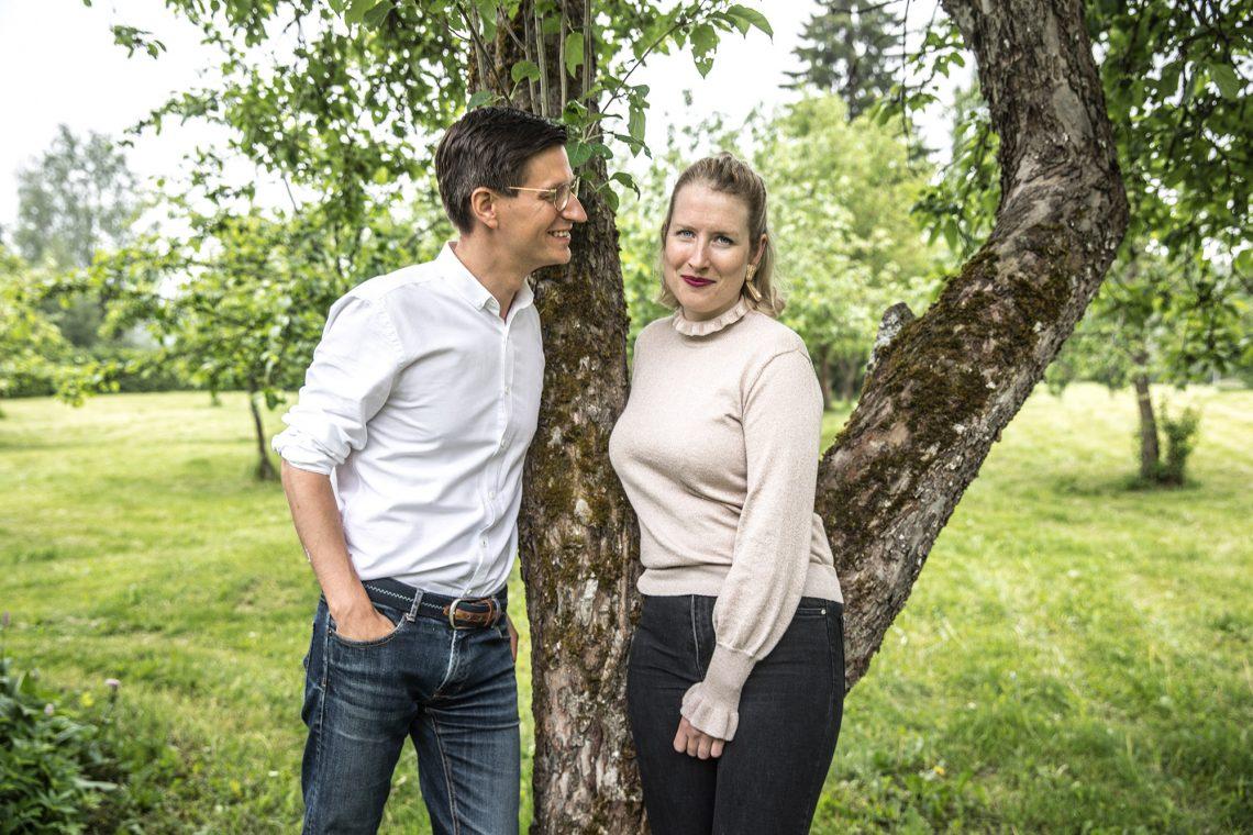 Wilhelm von Nandelstadh ja Karin Ringbom hedelmäpuutarhassaan.