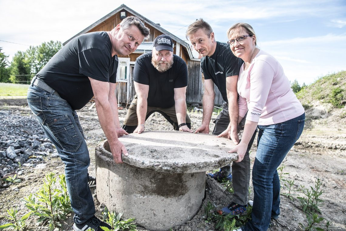Arto Juvosen, Mikko Koivusen, Jouni Bromanin ja Eija Bromanin sormet syyhyävät jo monitoimihallin rakennustöihin.
