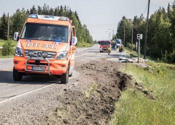 Rekan renkaat kyntivät penkkaa varsin syvältä Pohjanmaantien ja valtatien risteyksessä kesällä.