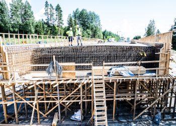 Valtatien uuden maantiesillan kannella on mittaa 27 metriä. Lisäksi rakennetaan sillan molemmin puolin siivekkeet.