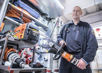 Aihekuva. Hydraulinen leikkuri on erinomainen työkalu ihmistä ulos kolariautosta autettaessa. Arkistokuvassa leikkuria esittelee Jussi Rainio.