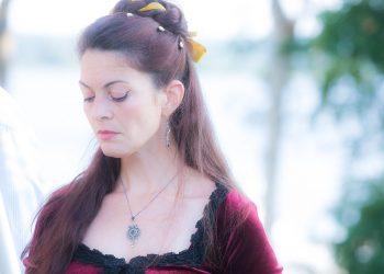 Laila Cathleen Neuman esiintyi kaksi vuotta sitten Tyrvään pappilan amfiteatterissa taustanaan Liekovesi.