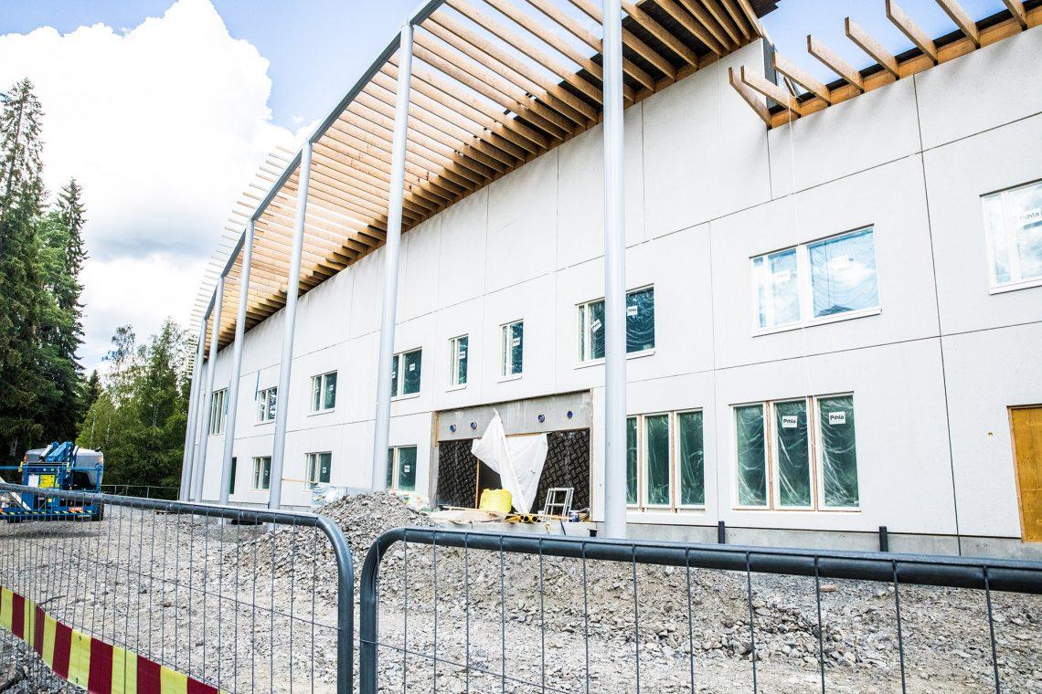 Uusi Varilan koulu sisäpihan eli idän puolelta.