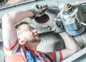 Pertti Hakanen on viime viikkoina tehnyt kuivuriremonttia poikiensa kanssa. Pitkään elämä oli niin kiireistä, että työt kotona olivat usein tulipalojen sammuttelua.