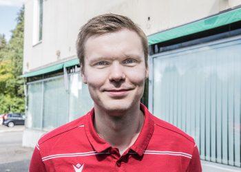 Jaro Nieminen on perin tyytyväinen uusiin, ilmastoituihin toimitiloihin.  Huoneiden lämpötilan saa säädettyä juuri halutuksi.