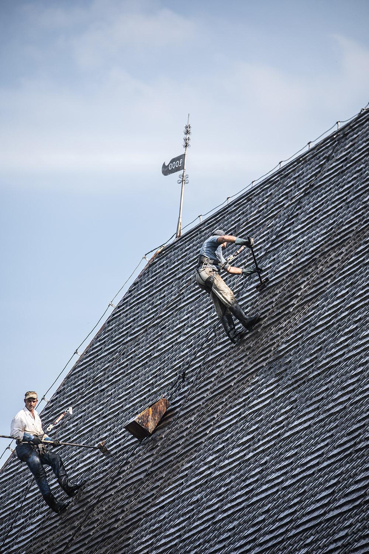 Ioan Burcusel ja Petri Nicolaescu Pyhän Olavin katolla juuri ennen työn valmistumista.