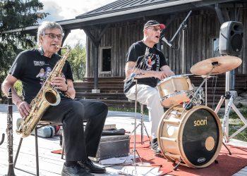 Leo Lassyllä ja Antero Luonsilla riitti vauhtia ja esiintymishuumoria, vaikka kuulijoita oli varttia yli neljä vain neljä. Kuvanottohetkellä raikui Kokemäenjoen blues.