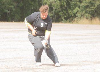 Lady-pesis on liikunnan riemua. Lauantain pelit pelattiin pehmeällä  naperopallolla, joka oli tehdä tepposet Kumurin ykköspesävahdille Tuuni Lehtiselle.