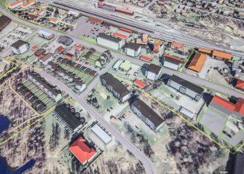 Keskustan puoleiseen osaan kaava-aluetta halutaan sallia nelikerroksisten rakennusten rakentaminen. Liekopuistoon rakennetaan kaupunkitaloja. Asemapuiston länsipuolelle kaavoitetaan yritystiloja. Mikäli tämä vaihtoehto päätetään valita, muodostuu uusia rakennuspaikkoja kerrostaloille kourallinen. Rautatieasema on kuvan ylälaidassa ja keskikohdan vasemmalla puolella. Kuvaa voi suurentaa.
