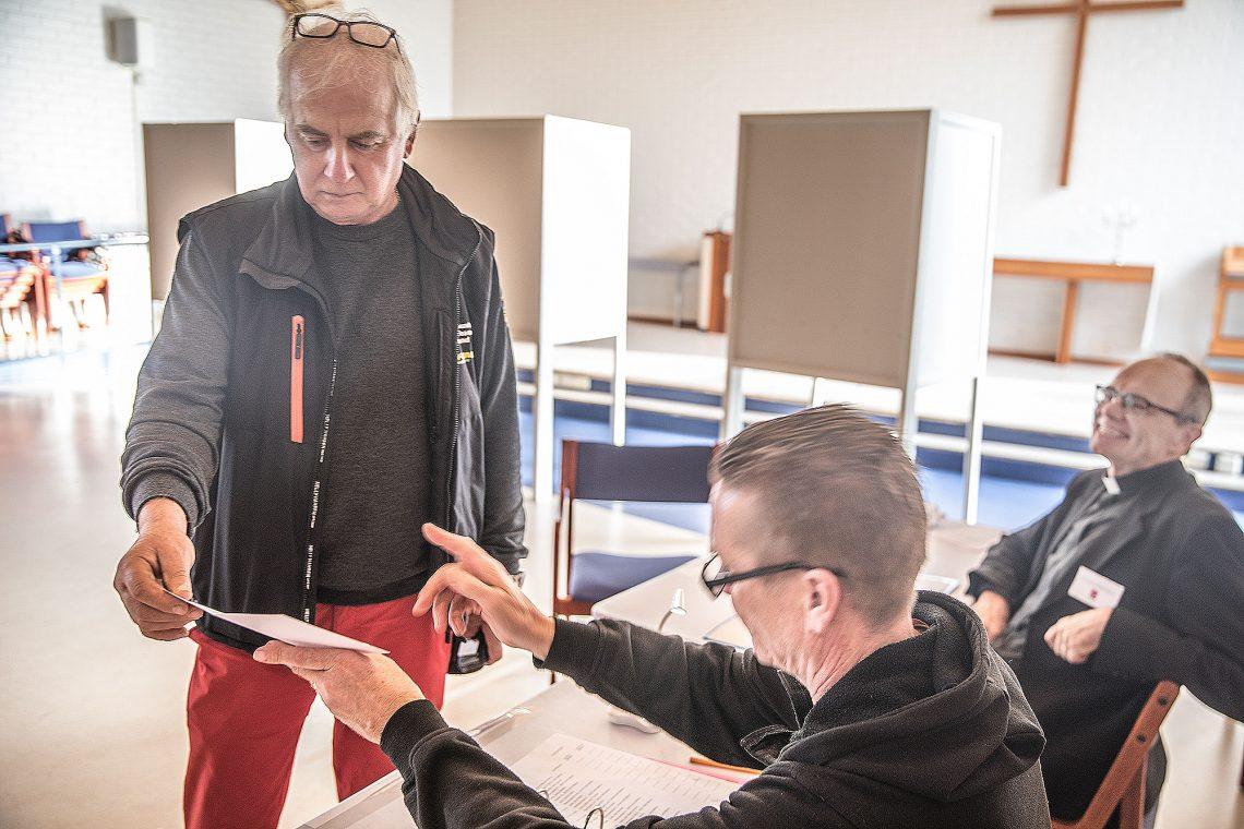 Keijo Laine äänesti kirkkoherranvaalissa Sastamalassa. Vaalitoimitsijoina toimivat kanttori Jari Mattila ja pastori Hannu Heikkilä. Aihekuva.