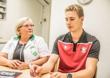 Apteekkari Marja-Leena Mielonen johtaa Ilari Toimelan kummiyritystä. Ensimmäisellä tapaamisella sovittiin jo monta asiaa.