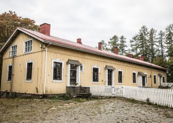 Toinen Hopun entisistä koulurakennuksista. Koulut muuntuvat rivitaloiksi.