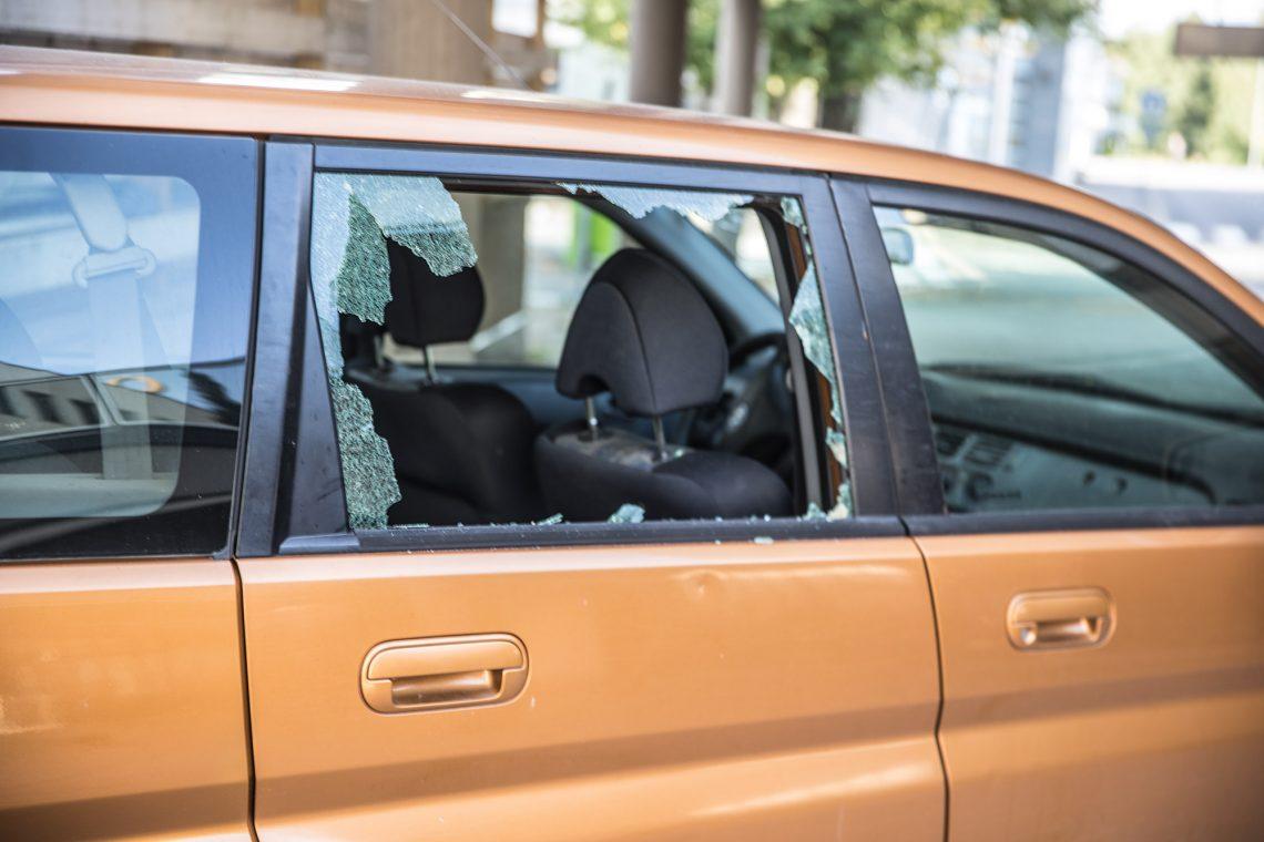 Ravintolan ja OP-kiinteistökeskuksen välissä olleen Hondan toinen takaikkuna rikkoutui ammuskelussa.