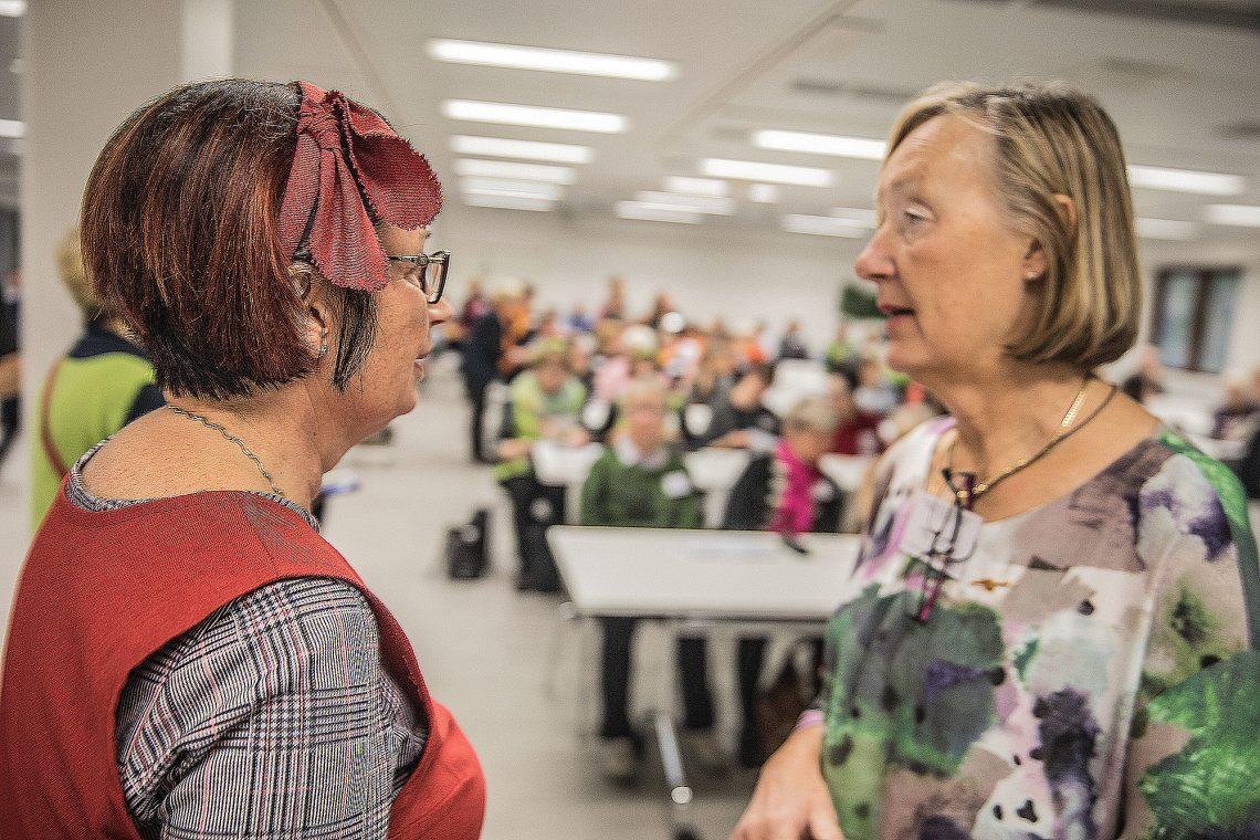 Sastamalan oppaiden puheenjohtaja Eija Vaateri ja Suomen opasliiton puheenjohtaja Hanna-Leena Laihonen pitivät pikapalaverin ennen tilaisuuden alkua.