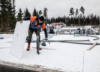 Rauno Suontakanen työn touhussa rivitalotyömaalla maisemakylässä vajaa vuosi sitten. Rivitalo valmistuu loppuvuodesta.
