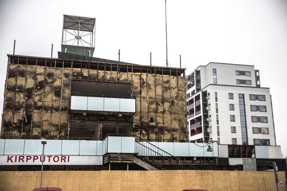 Kauppakatu viiden vanha rakennus häipyy vähitellen maisemasta. Taustalla on rakenteilla 12-kerroksinen tornitalo.