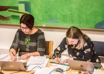 Puheenjohtaja Piila Paalanen ja hallintojohtaja Hanna Vuojela valtuuston kokouksessa ennen korona-aikaa ja etäkokouksia.