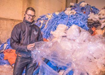 Lauri Jokinen ja teollisuuden muovijätettä Kiertokadun hallilla, joka sekin kierrätetty entinen Lahden harjoitusjäähalli.