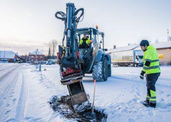 Nokian kaupungin työntekijät asensivat Asemankulmalla pysäköintialueen liikennemerkkien jalustoja viime talvena.