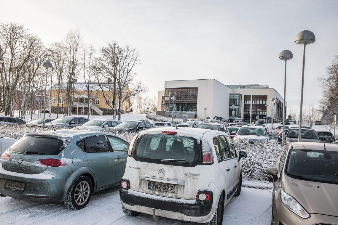 Ylöjärven kaupungintalon pysäköintipaikka.