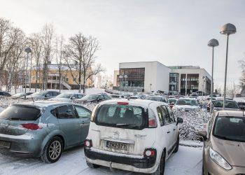 Aihekuva Ylöjärven kaupungintalon pysäköintipaikalta. Ylöjärvellä ongelmana on pysäköintipaikkojen loppuminen aika ajoin.