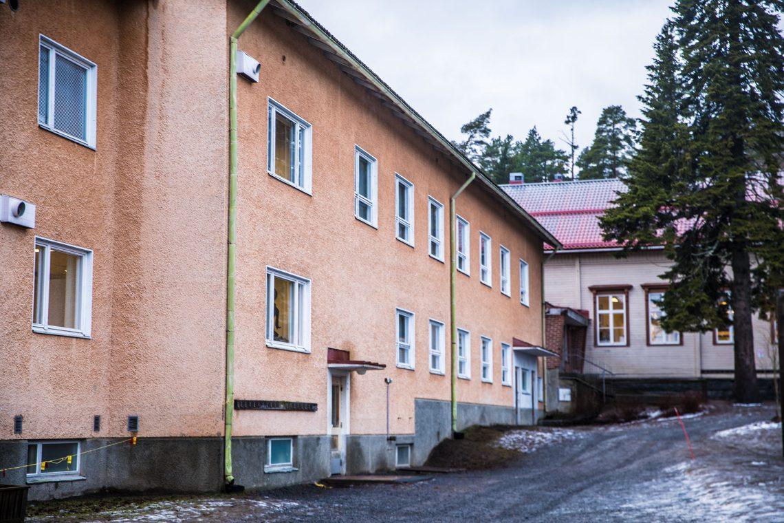 Oppilaiden jakaminen selkeästi kahteen ryhmään koulukyytien perusteella on herättänyt hämmennystä muun muassa Tyrväänkylän koulun oppilaiden vanhempien keskuudessa.