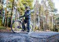 Jari Metsänkylä pysähtyi hetkeksi huonokuntoiselle pyörätielle Varikonkadun varteen. Huonoimmassa kunnossa on grillin ja rautatiesillan välinen osuus. Pyörätie saatetaan   kunnostaa jo lähiviikkoina, mikäli säät pysyvät leutoina.