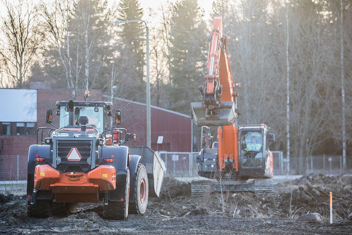 Nokian keskustaa rakennetaan voimakkaasti. Rautatieaseman ja Rounionkadun pohjoispuolelle rakentuvan suuren kerrostalo-, rivitalo- ja omakotaloalueen maansiirtotyöt ja vanhan teollisuusrakennuksen purkutyöt alkoi pari viikkoa sitten.