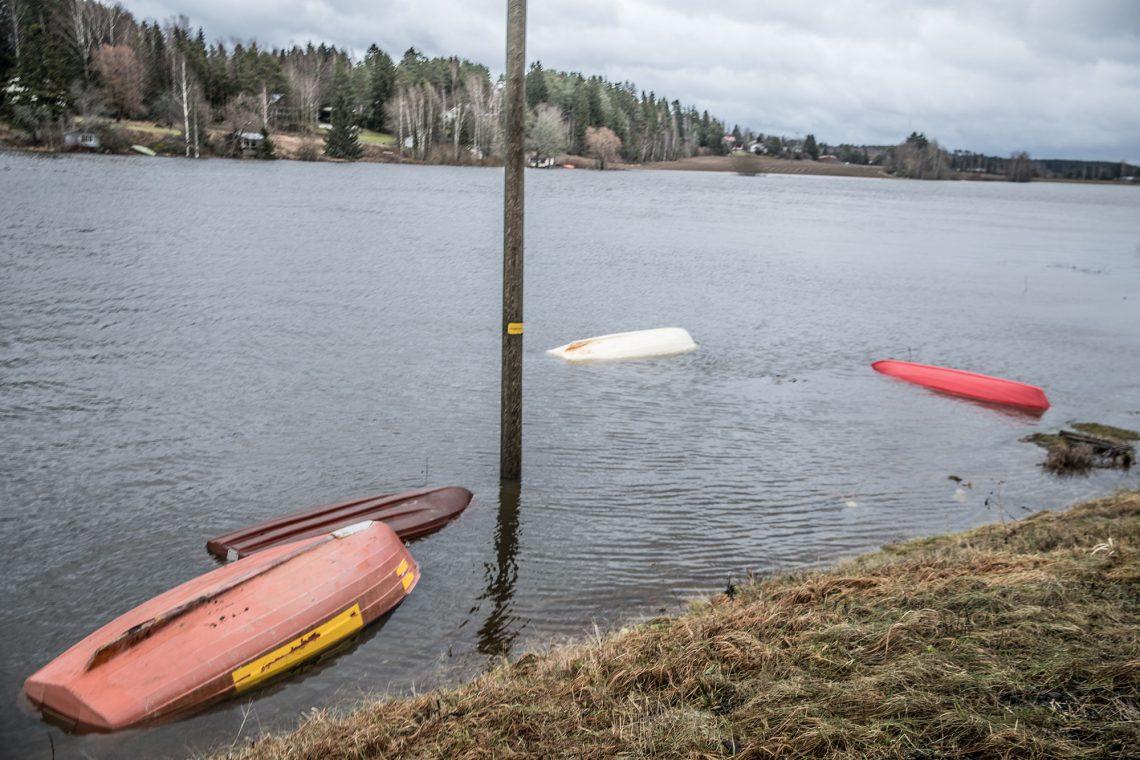 Arkistokuva veden korkeuden nousun valloilleen päästämistä veneistä.