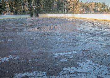 Varilan kaukalo yhden vesitankillisen jäljiltä. Työtä riittää, kun maakaan ei ole jäässä.