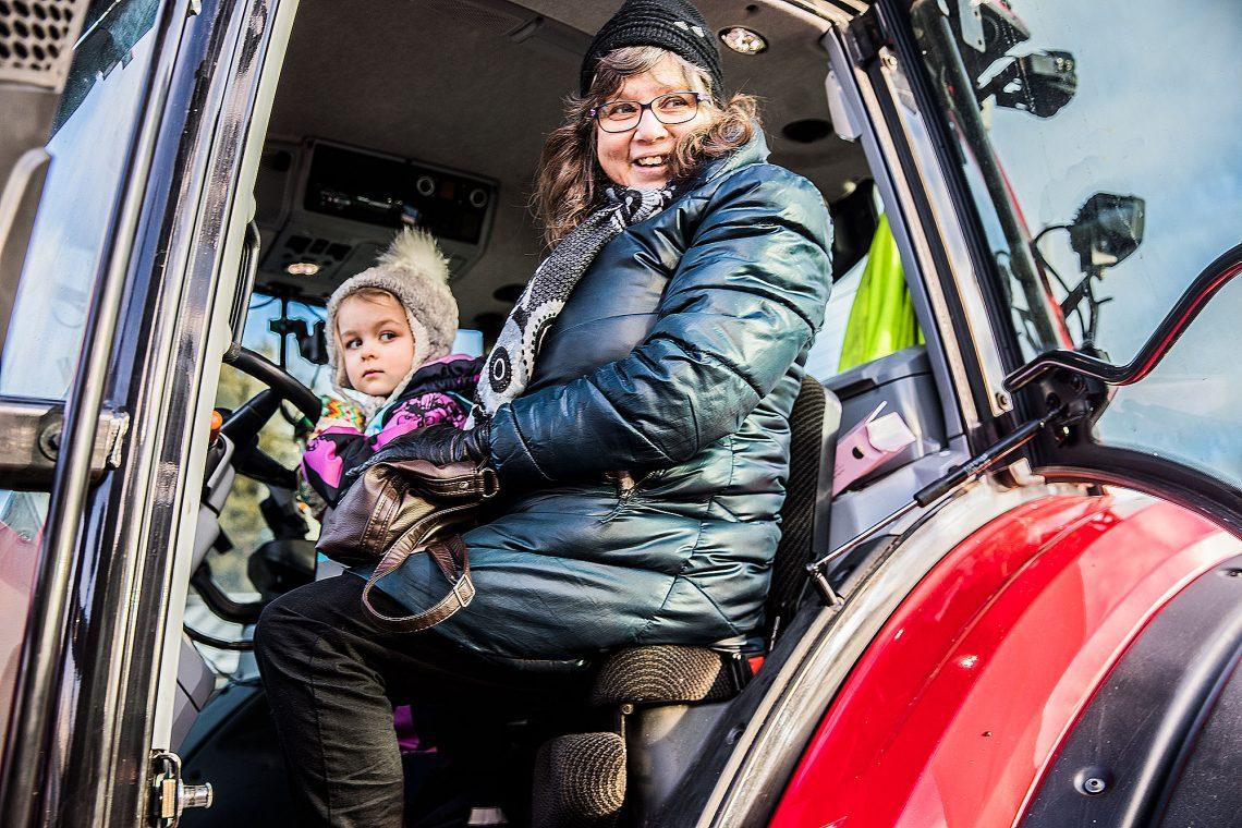 Neljävuotiasta Venla Kömiä vähän jännitti traktorin ohjaimissa, mutta mummu Marita Kömi ehti jo muistella aikaa, jolloin traktorit olivat vielä ihmisen kokoisia.