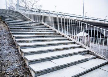 Asemakadulta Pappilanpuiston puolelle laskeutuvat portaat saavat ikuiset graniittipaadet heiluvien kivilevyjen tilalle.