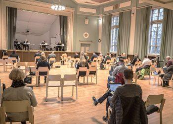 Valtuuston viime viikon kokous pidettiin poikkeuksellisesti Kerholan juhlasalissa, jotta päättäjät saivat istua kaukana toisistaan.