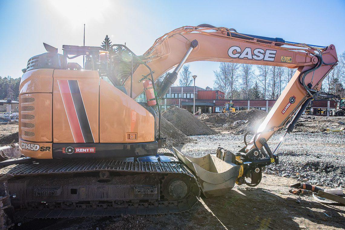 Astoran kaivuri aloitteli maansiirtotöitä perjantaina.
