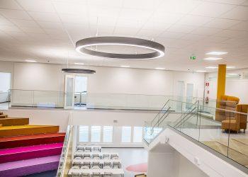 Näkymä koulun aulan toisesta kerroksesta eli Galaksista auditorioon ja ruokalaan. Ala-aulan nimi on Universumi. Koulun on suunnitellut arkkitehti Markus Aaltonen. Koululla on kahdeksan vuoden takuu.