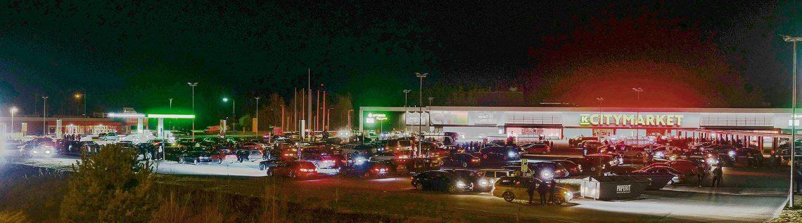 Aihekuva autojen kokoontumisesta Sastamalassa vuosi sitten.