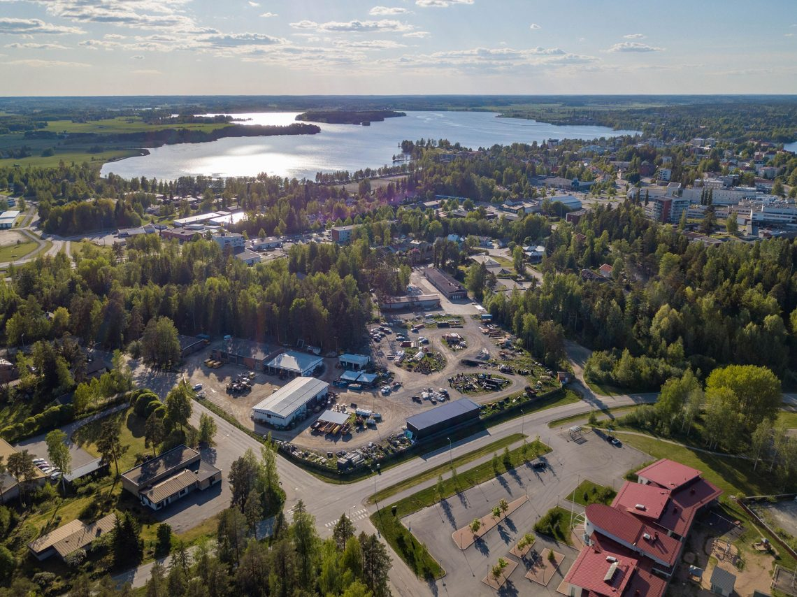 Varikot muuttavat pois Prisma-keskuksen alta. Kuva: Jari Heinonen.