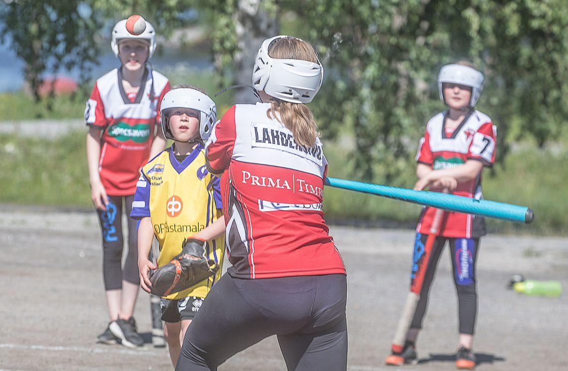 F-poikien ja E-tyttöjen aluesarjassa Kumurin lukkari Tuomas Laaninen joutuu välillä syöttämään varsin korkealle.