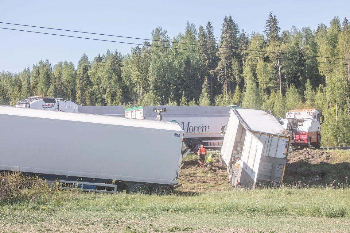Vetoauto ja täyperävaunu suistuivat valtatieltä kilometrin verran Tyrväänkyläntien tienhaarasta Huittisten suuntaan.