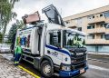Biojäte nousee jäteauton kyytiin auton kyljeltä.