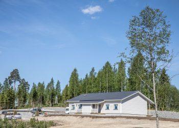 Pientaloalueista asemakaavoitetaan ensinnä Maisemakylät. Ensimmäisen maisemakylän ensimmäisen osan ensimmäinen paritalo valmistuu kovaa tahtia. Kuva on parin viikon takaa.