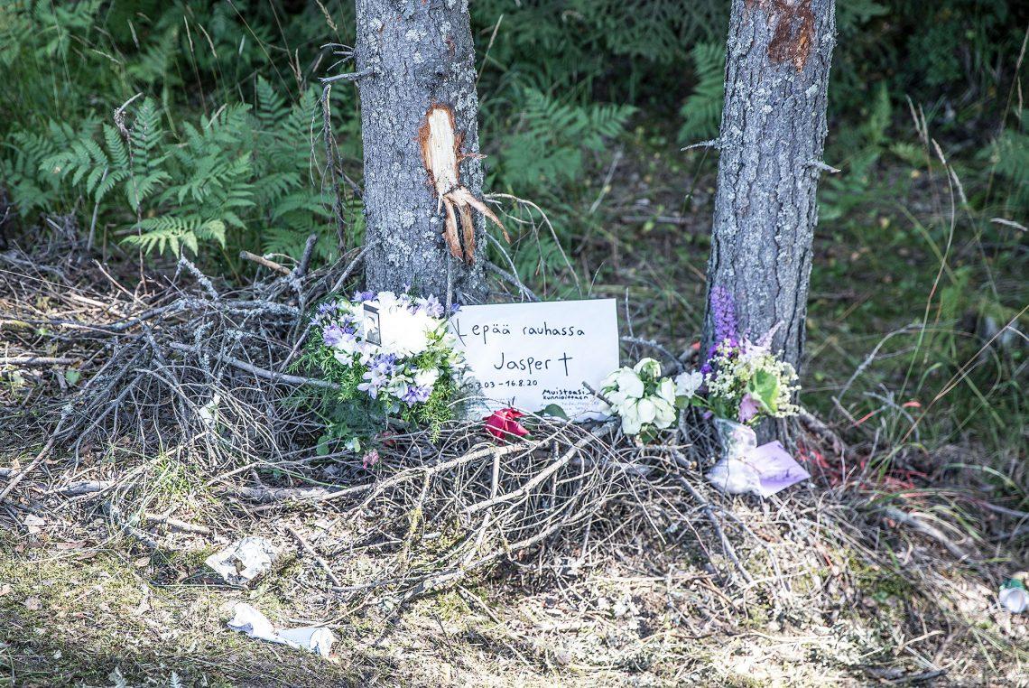 Kolarissa menehtyneitä muistettiin tien varteen tuoduissa muistokirjoituksissa. Kuvaa on käsitelty poistamalla muun muassa turmassa menehtyneen kasvonpiirteet kuvassa olevasta valokuvasta.