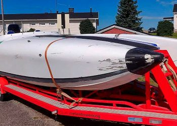 Onnettomuuteen joutunut kilpavene. Kuva: Onnettomuustutkimuskeskus.