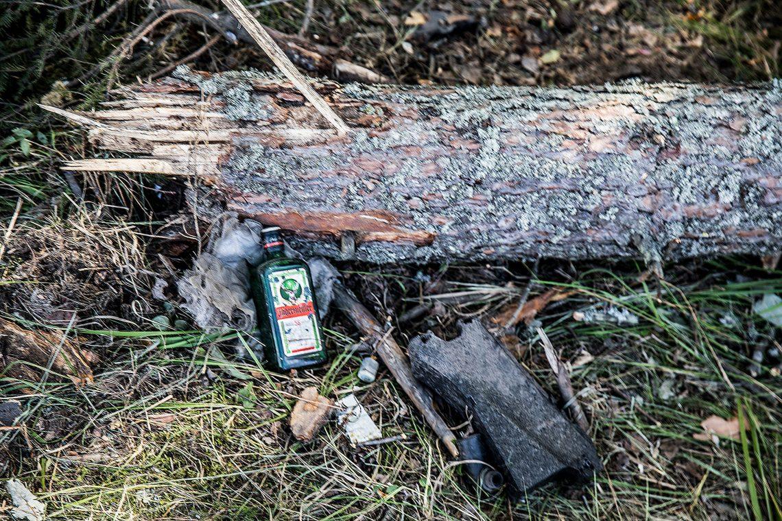Kuva kuolonkolarin paikalta. Auto osui valtatieltä suistuttuaan puuhun.