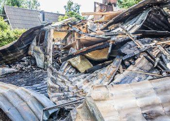 Tesoman S-marketin puoleisessa päässä omakotitaloa ollut matkailuauto paloi tyystin.   Talon päältä kuoritut kattopellit peittivät auton.