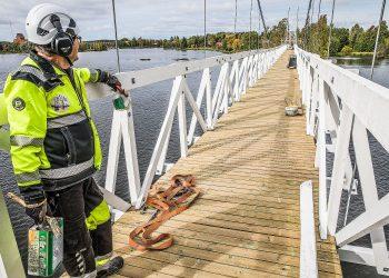 Kaidelautoja vaille valmis uusi silta tasan vuosi sitten eli 22.9.2020. Vanhasta hyödynnettiin vain betoniperustukset ja teräspylonit, joista niistäkin uusittiin osia. Etualalla hankkeen puuhamies Markku Torpo.